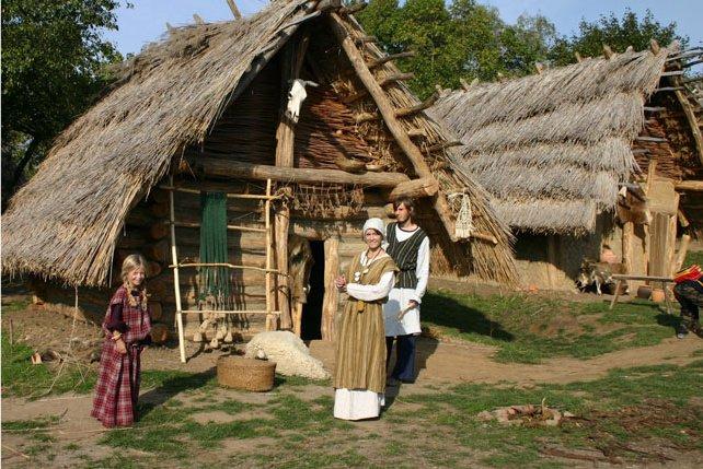 srednjeveška koliba, naravna hiška, slamnata streha, preprosto bivanje, naravna gradnja, gradnja z naravnimi materiali