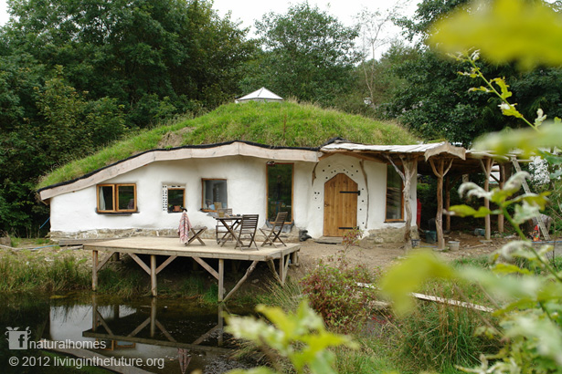 cob, hiša iz ilovice, hiša iz zbite ilovice, naravna hiša, zelena gradnja, naravna gradnja, gradnja z naravnimi materiali