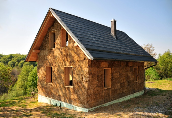 hiša iz slame, hiša iz slamnatih bal, naravna gradnja, gradnja z naravnimi materiali, apneni ometi