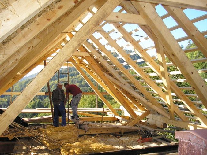 leseno ostrešje, lesena hiša, špirovci, strešne letve, lege, naravna gradnja, gradnja z naravnimi materiali