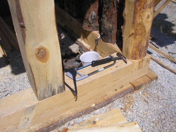 temelji, nasutje, lesena hiša, leseni plohi, naravna gradnja, gradnja z naravnimi materiali