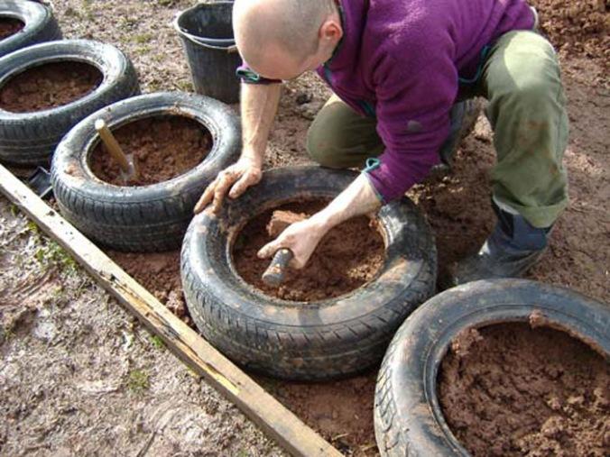 Temelji iz avtomobilskih pnevmatik, temelji, naravni temelji, reciklaža, ponovna uporaba, naravna gradnja, gradnja z naravnimi materiali