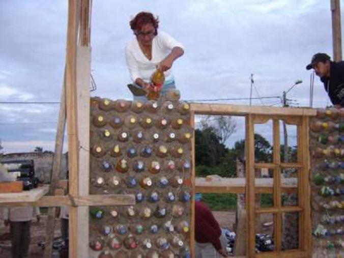 stena iz plastenk v malti, zid iz plastenk, naravna gradnja, gradnja z naravnimi materiali, reciklaža, ponovna uporaba