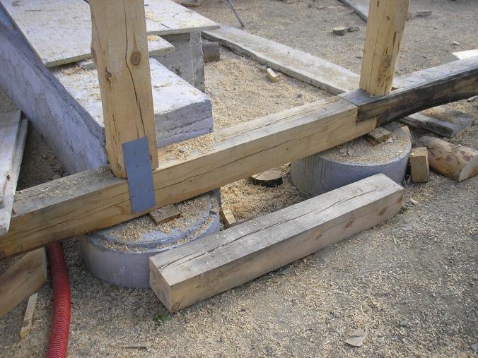 Točkovni armiranobetonski temelj, betonski temelj, naravna gradnja, gradnja z naravnimi materiali, lesena hiša