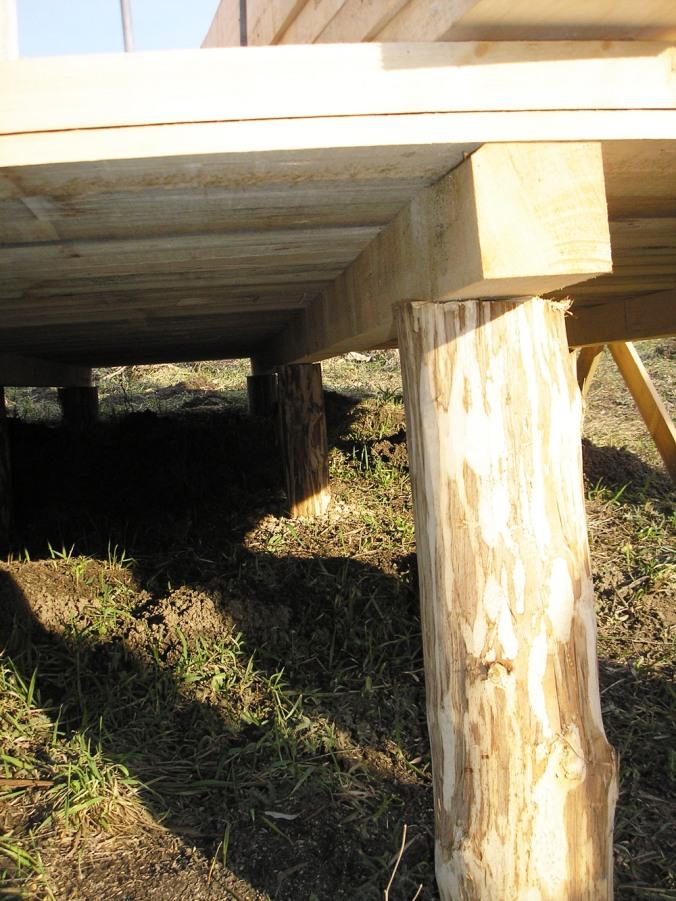 piloti, leseni stebri v tleh, naravna gradnja, gradnja z naravnimi materiali