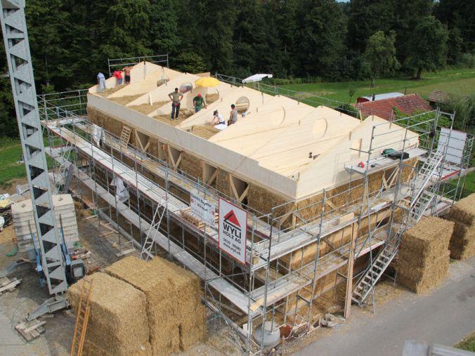 velike bale slame, stroški med uporabo naravna gradnja, hiša iz slame, stroški bivanja v hiši, naravna gradnja, gradnja z naravnimi materiali