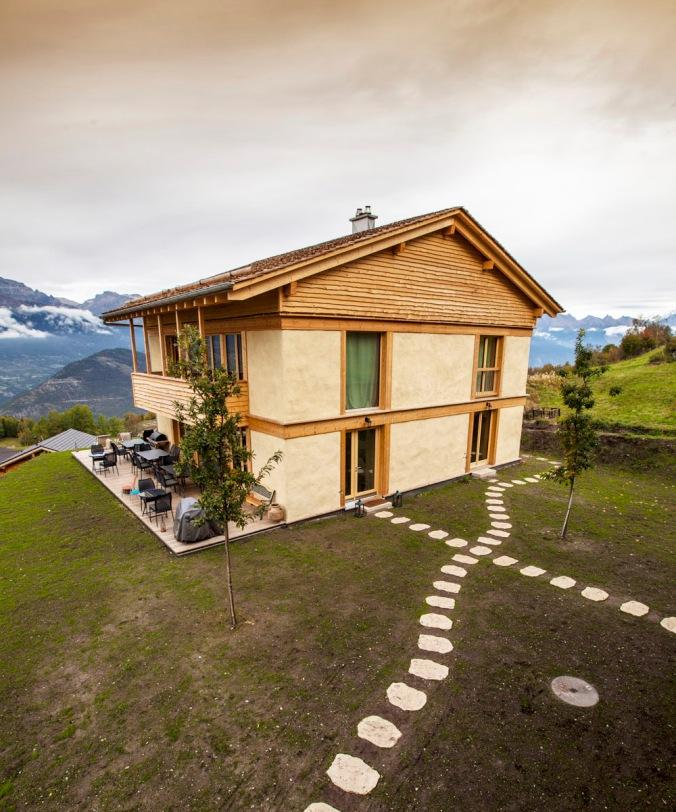 Maya Guesthouse, sodobna naravna gradnja, hiša iz slame, slamnate bale, lesena hiša, arhitekt naravna gradnja, projektiranje, naravna gradnja, gradnja z naravnimi materiali