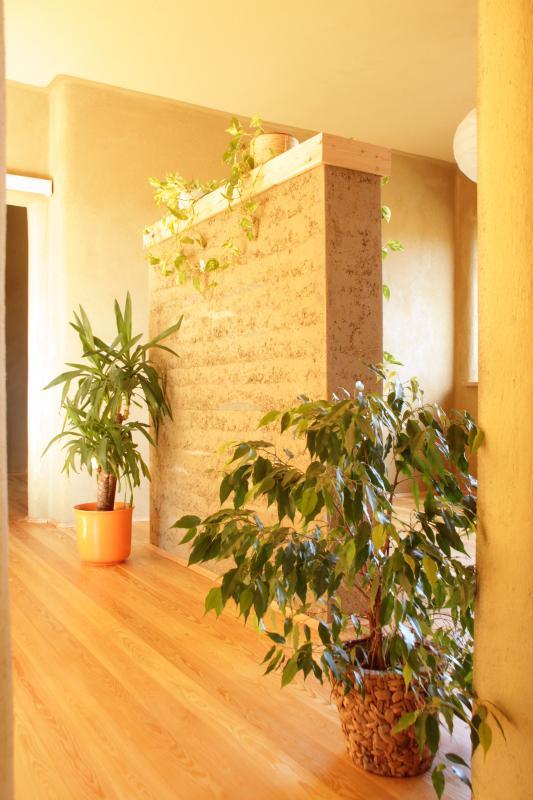 bivalno ugodje, kvaliteta bivanja, hiša iz slame, ilovnati ometi, naravni interierji, arhitekt naravna gradnja, naravna gradnja, gradnja z naravnimi materiali