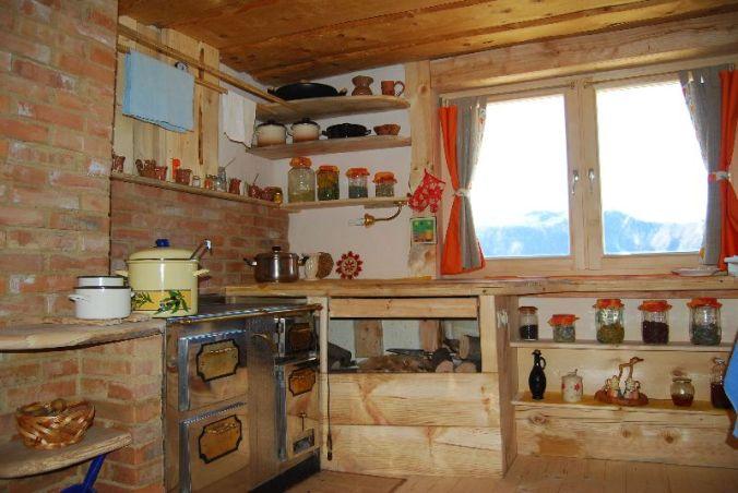 kuhinja, lesena hiša, naravni interierij, naravna oprema, leseno pohištvo, naravna gradnja, gradnja z naravnimi materiali