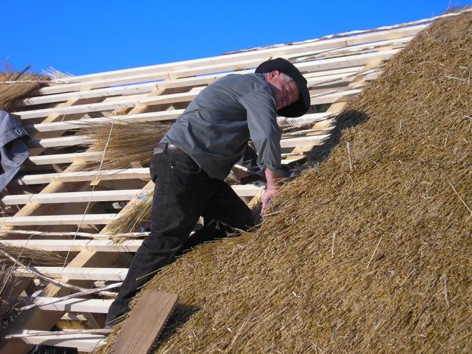 slamnata streha, streha iz slame, gradnja, naravna hiša, naravna gradnja, gradnja z naravnimi materiali