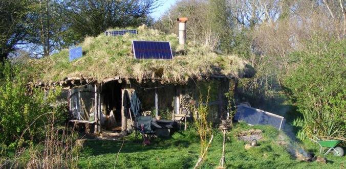 naravna hiška, fotovoltaika, zelena streha, naravna gradnja, gradnja z naravnimi materiali