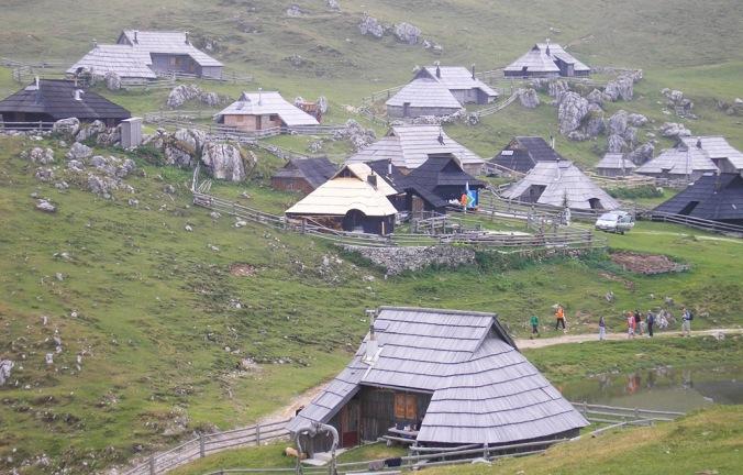 lesena hiša, skodle, lesena streha, naravna gradnja, gradnja z naravnimi materiali