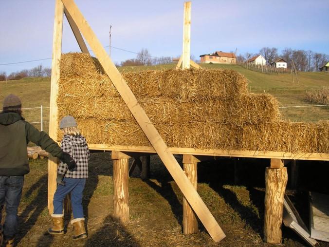 hiša iz slame, slamnate bale, gradnja, naravna gradnja, gradnja z naravnimi materiali