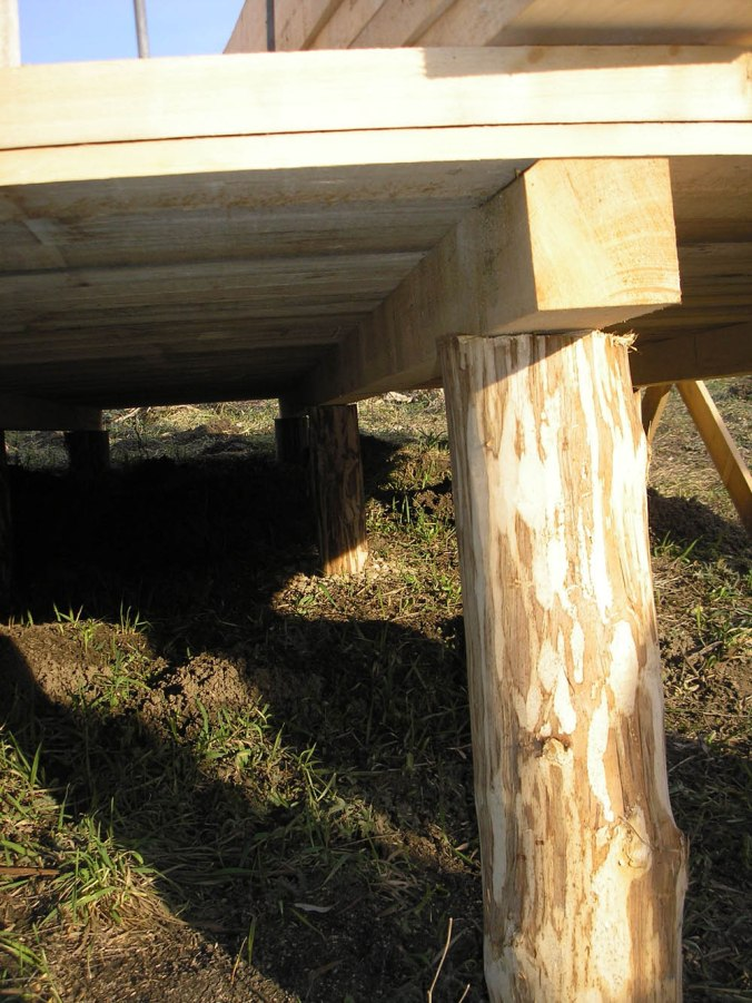 leseni temelji, piloti, hiša iz slame, slamnate bale, gradnja, naravna gradnja, gradnja z naravnimi materiali