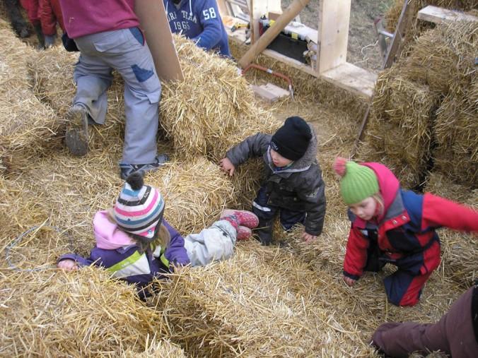 otroci gradnja, hiša iz slame, slamnate bale, lesena hiša, naravna gradnja, gradnja z naravnimi materiali