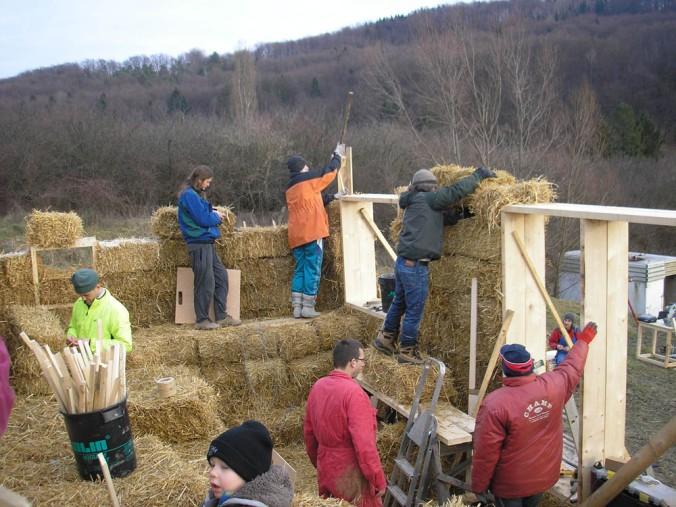 gradnja hiše iz slame, slamnata hiša, slamnate bale, naravna gradnja, gradnja z naravnimi materiali