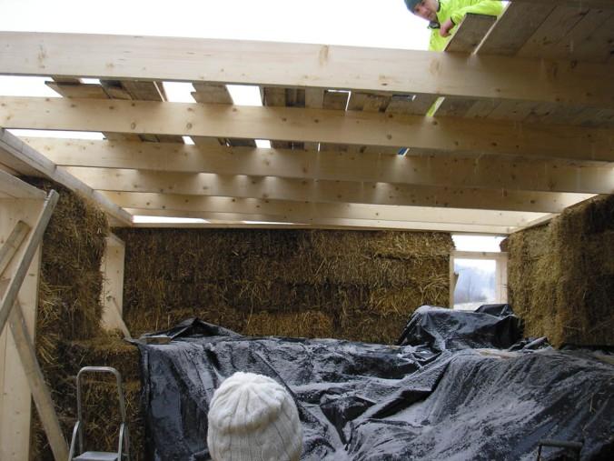 hiša iz slame, slamnate bale, lesena hiša, naravna gradnja, gradnja z naravnimi materiali