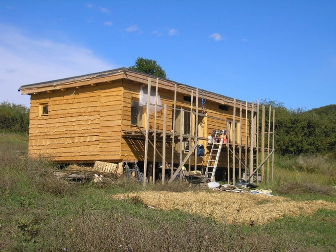 hiša iz slame, lesena hiša, slamnate bale, naravna gradnja, gradnja z naravnimi materiali