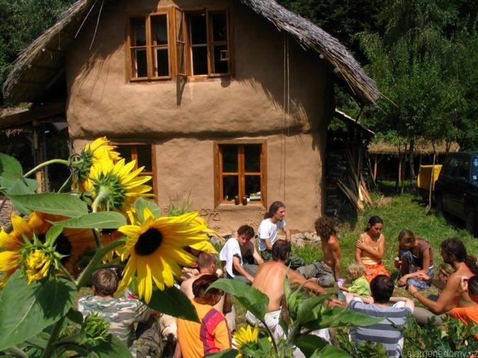 hiša iz slame, slamnata streha, samonosna slamnata konstrukcija, naravna gradnja, hiša iz slame, slamnata hiša, naravna hiša, gradnja z naravnimi materiali