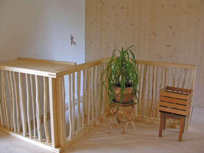 lesena ograja, hiša iz slame, naravna gradnja, ilovnati ometi, slamnate bale, naravna hiša, naravni interierij