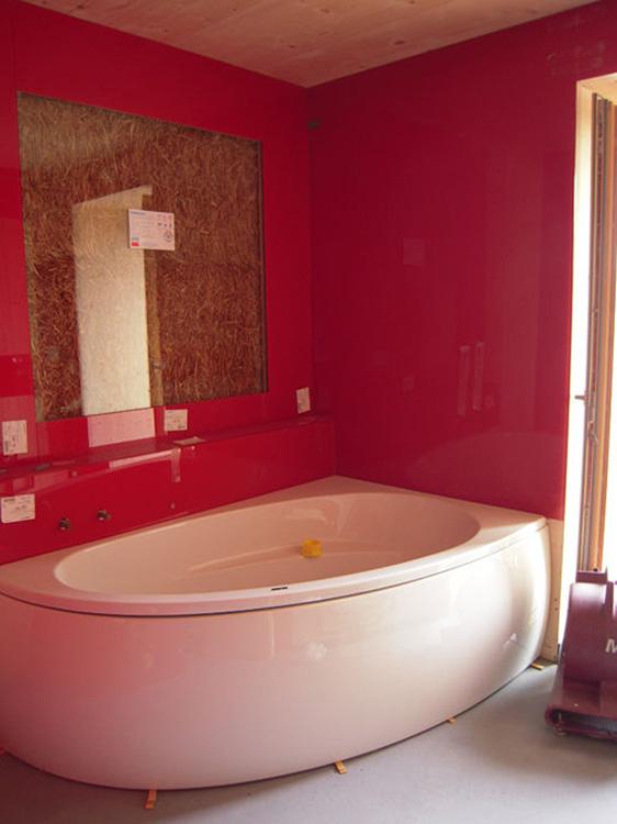 kopalnica naravna gradnja, hiša iz slame, naravna gradnja, ilovnati ometi, slamnate bale, naravna hiša, naravni interierij