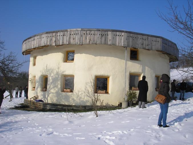 hiša iz slamnatih bal, hiša iz slame, slamnata hiša, naravna gradnja, gradnja z naravnimi materiali
