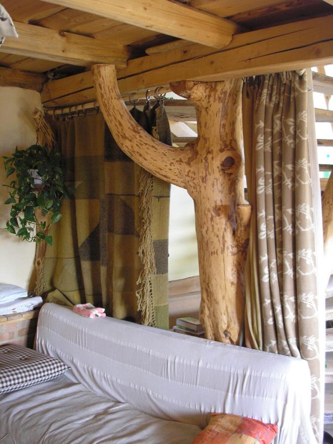 hiša iz slame, slamnata hiša, ilovnati ometi, naravna gradnja, slamnate bale, gradnja z naravnimi materiali, arhitekt naravna gradnja, lesena hiša, montažna hiša