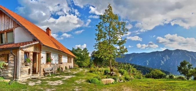 spodbijanca, hiša iz sena, lesena hiša, naravna gradnja, gradnja z naravnimi materiali
