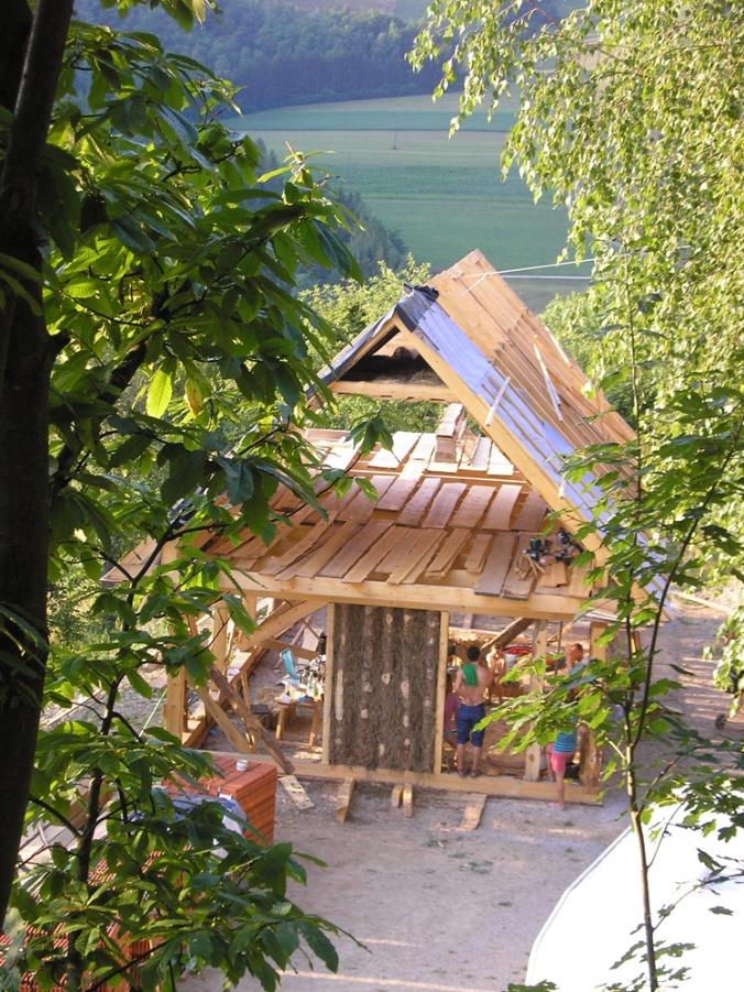 spodbijanca, hiša iz sena, naravna gradnja, gradnja z naravnimi materiali, naravna hiša